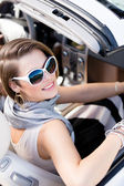ładna kobieta zamienia backin samochodu — Zdjęcie stockowe
