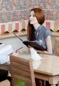 Mujer sostiene el menú para realizar un pedido — Foto de Stock