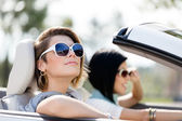 Close up of girls in sunglasses in the white car — Stockfoto