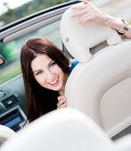 Portret pretty woman w cabrio — Zdjęcie stockowe
