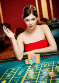 Girl plays at the casino club — Stock Photo