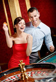 Happy couple playing roulette wins — Stock Photo