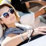 Close up van meisjes in zonnebril in de auto — Stockfoto