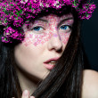Portrait girl with stylish make-up and flowers — Stock fotografie