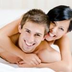 Detailní záběr směje pár, který hraje v ložnici — Stock fotografie
