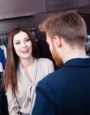 Jonge mooie vrouw en shop assistent — Stockfoto