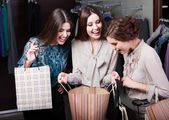 Girls wonder the purchases of their girlfriend — 图库照片