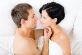 Zbliżenie para leży w łóżku blisko siebie — Zdjęcie stockowe