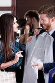 同时选择一件时尚的衬衫跟女朋友咨询 — 图库照片