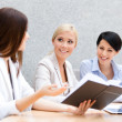 Female colleagues discuss business strategy — Stock Photo