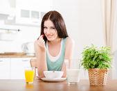 Mulher comendo morango com leite e suco de laranja — Foto Stock