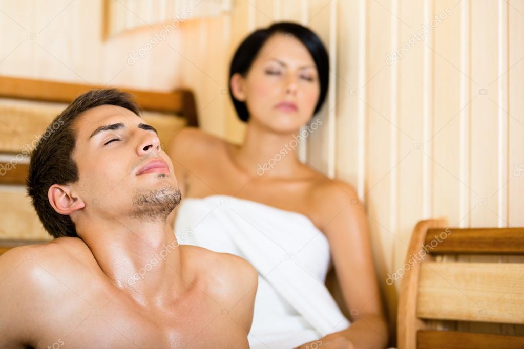 halbnackten mann und m dchen entspannung in sauna. Black Bedroom Furniture Sets. Home Design Ideas