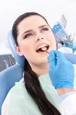 Dentista está à procura de defeitos na cavidade oral do paciente — Foto Stock