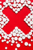 十字の形に置かれた錠剤のクローズ アップ — ストック写真