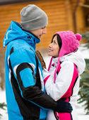 поясной портрет счастливая пара обниматься — Стоковое фото
