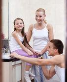 Familia de tres personas cepille sus abolladuras — Foto de Stock