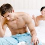 unga unga gift par hävdar i sängen — Stockfoto