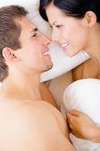 Närbild på par i sängen nära varandra — Stockfoto