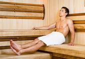 Joven semidesnudo relajante sauna — Foto de Stock