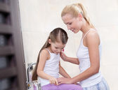 Mother and daughter communicate in bathroom — Стоковое фото