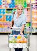 Kız tam bir alışveriş merkezinde yemek sepeti ile — Stok fotoğraf