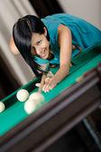 женщина игры бильярд — Стоковое фото