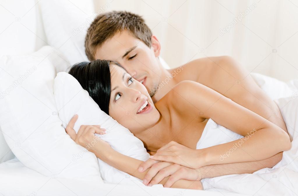 Uomo disteso nel letto abbraccia la donna foto stock - Uomo leone a letto ...