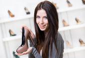 Mujer manteniendo zapatos color café — Foto de Stock