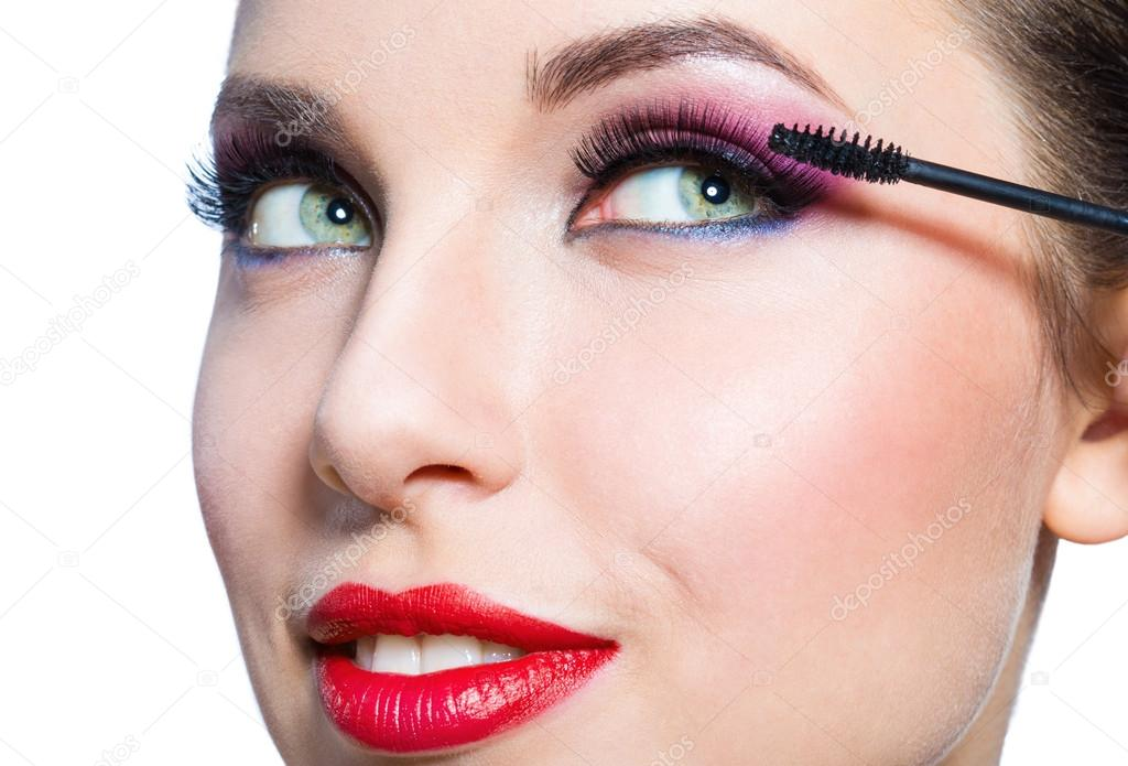 Девушка с блестящим макияжем