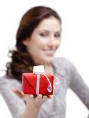 Mujer joven se extiende un regalo — Foto de Stock