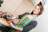 Kvinna skär grönsaker — Stockfoto