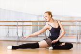 Balet kendini uzanır — Stok fotoğraf