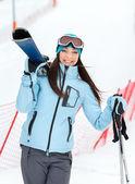 Svrchních portrét ženy podal lyže — Stock fotografie