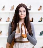 девушка не может выбрать обувь — Стоковое фото