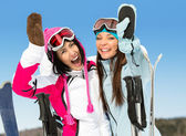 Two female skier friends with hands up — ストック写真