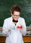 Mad professor skrattar att hålla två kolvar — Stockfoto