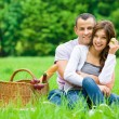 Couple has picnic in park — Stock fotografie