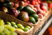 Vicino di frutti esotici nel negozio — Foto Stock