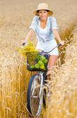 Dívka pedály cyklus s jablky — Stock fotografie