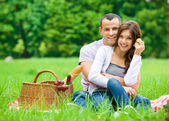 Couple has picnic in park — Stock Photo