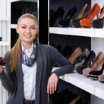 femme avec chaussure en main choisit chaussures à talon haut — Photo #39908765