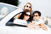 Gruppo di bei adolescenti in auto — Foto Stock