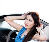 крупным планом вид женщины в машине — Стоковое фото
