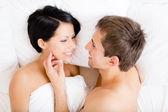 Close up van man aaien vrouw liggend in bed — Stockfoto