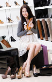 Woman hands shoes and credit card — Stockfoto