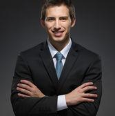 Biznesmen z rękami skrzyżowanymi — Zdjęcie stockowe