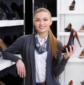 Kobieta w sklepie — Zdjęcie stockowe