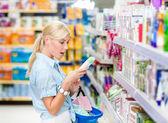 Fille au supermarché — Photo
