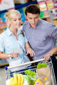 Couple with shopping list — Stockfoto