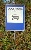 знак транспорта на вывеску, автомобиль такси. — Стоковое фото